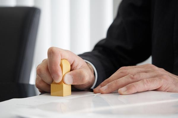 占有改定によって債権者のもとにある占有を債務者に変更する必要があります